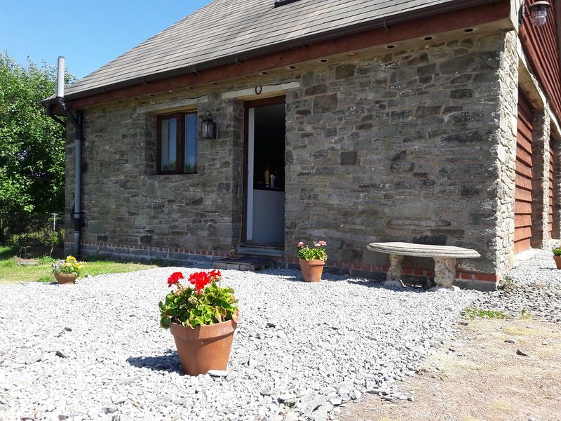 Cosy, smart self-contained stone cottage, 1000 feet up, location de vacances à Gwenddwr