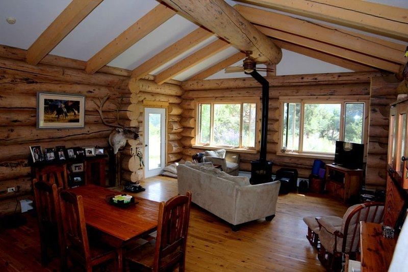 Log Home on 3 Acres minutes from Carbondale!, location de vacances à Carbondale