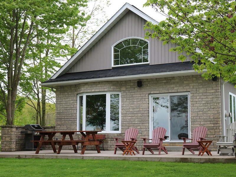 Long Reach Retreat Cottage on the Beautiful Bay of Quinte, Prince Edward County, holiday rental in Waupoos
