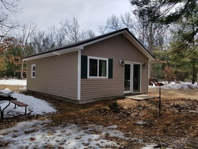 Recently remodeled cabin within walking distance to Tippy Dam!, holiday rental in Manistee County