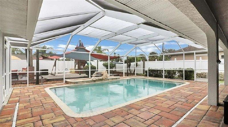 ★Family Getaway★Prime location★ Pool ★Playground ★Luxury bath ★Couples Retreat, alquiler de vacaciones en Port Charlotte