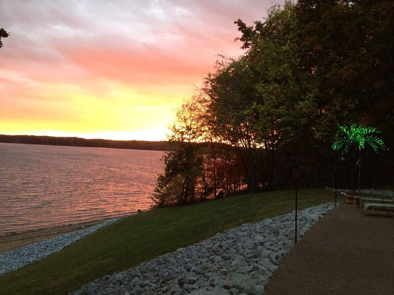 Private Cove House on Lake Barkley 5bdr 3ba, holiday rental in Kuttawa
