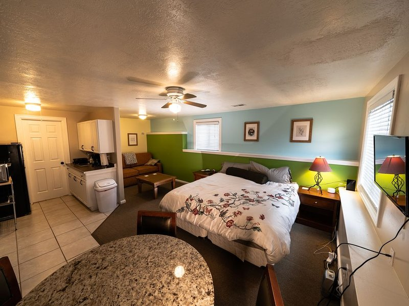 Cozy Studio (Fully-stocked) King-size Bed in Quiet Neighborhood, holiday rental in Davis County