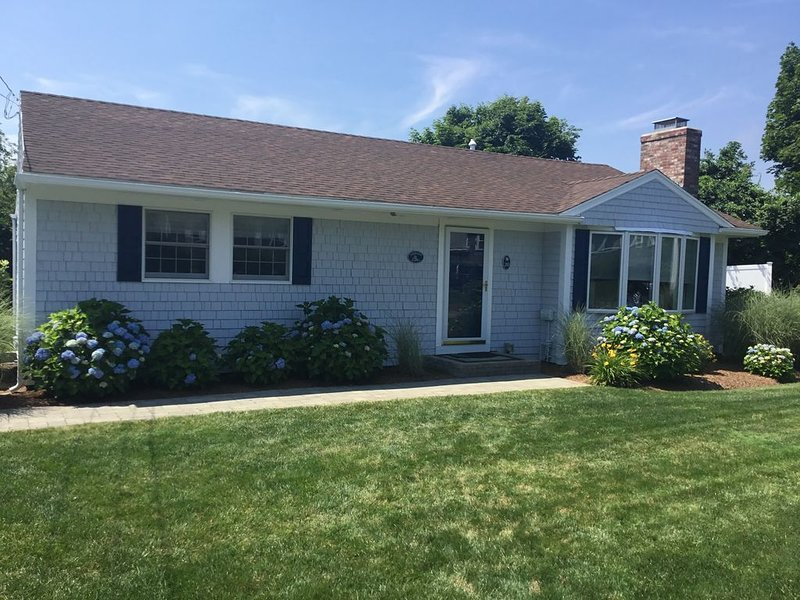Charming 3-BR Cape in a private setting walkable to the beach and town!, holiday rental in Harwich