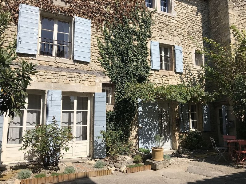 Charming Rose Cottage, Saignon - in the heart of the Luberon in Provence, vacation rental in Castellet