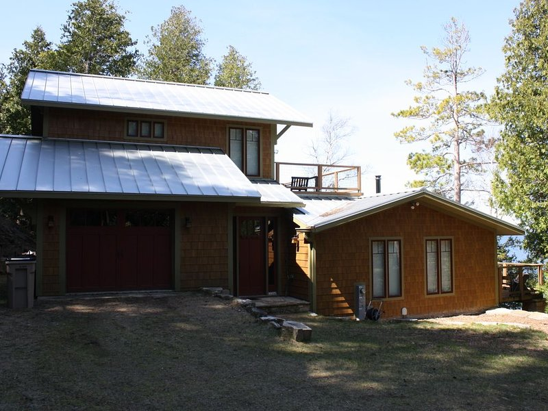 Porcupine Shores Has An Elevated View And Access To The Water, holiday rental in Gills Rock