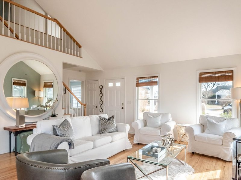Perfect Southampton Getaway - Pristine Home with Water Views, Ferienwohnung in Southampton