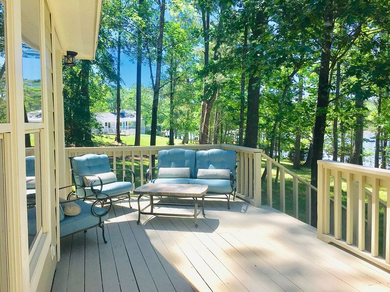 Beautiful Lakefront Cottage on quiet cul-de-sac surrounded by Nature – semesterbostad i Livingston