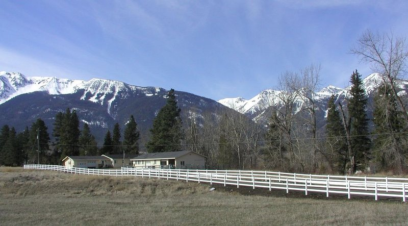 Cowboy Riverfront Retreat, A Studio Style Oasis By The Wallowa River, holiday rental in Joseph
