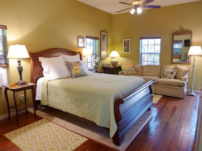 CHARMING! GREEN PALM COTTAGE-SPACIOUS, PRIVATE W/SCREENED PORCH! CLEAN & COMFY!, alquiler de vacaciones en Fort Myers