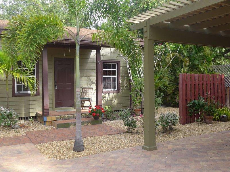Green Palm Cottage - Park under our Pergola!