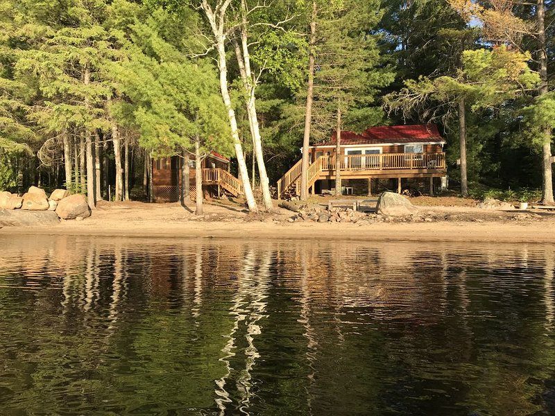 Loon Lodge - Golden Lake (Cottage & Bunkie -Sleeps 8 ), Ferienwohnung in Golden Lake