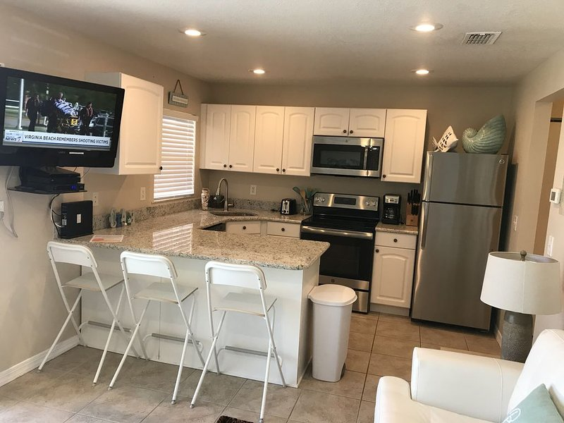 Direct Ocean Front Condo Tastefully Remodeled!!!! Steps to the sand!, alquiler vacacional en Merritt Island