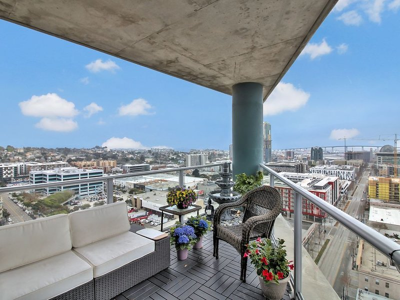 Spectacular Downtown Skyline Condo, vacation rental in San Diego