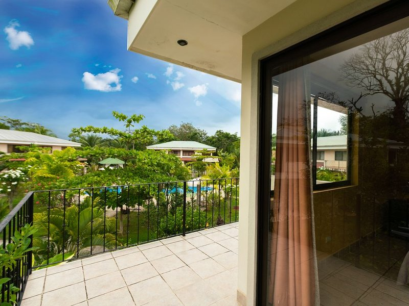 2BR 2BA, Comfortable Vacation Home, Tropical Garden and Pool View, holiday rental in San Carlos