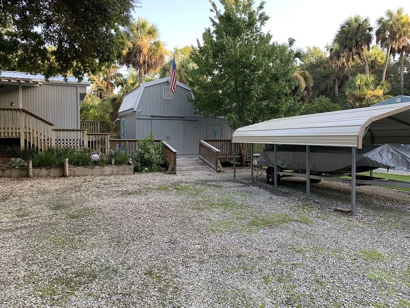 Waterfront canal located Between the Freezer and Macrae's. Scallopers paradise!, holiday rental in Homosassa