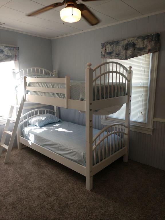 Chambre à coucher # 4 lits superposés. Vue de côté de l'eau