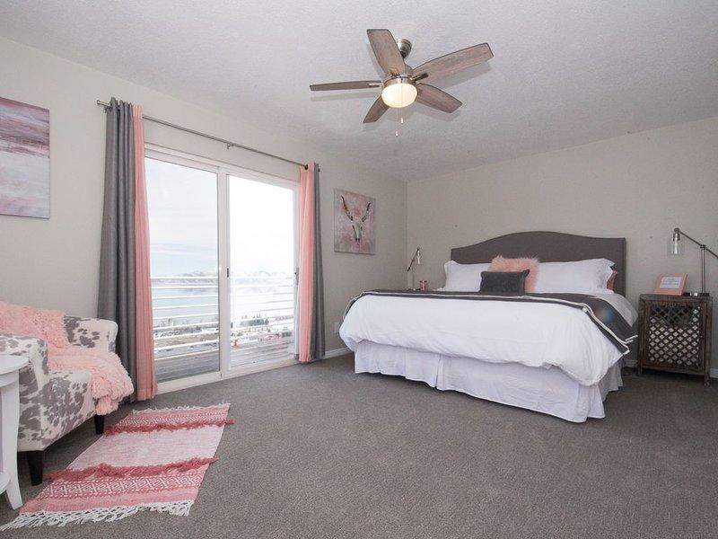 Sovrum med balkong och king size-säng.