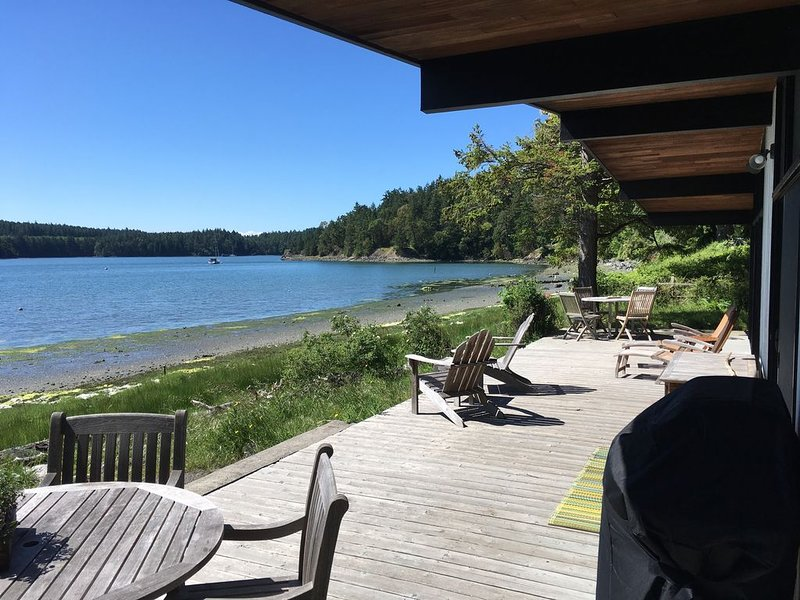 * Recently Remodeled * Waters Edge On Westcott Bay, holiday rental in Roche Harbor