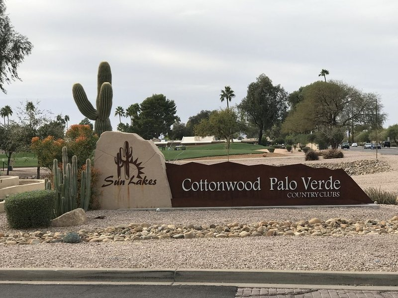 Sun Lakes Resort , 3 Bed, 3 Bath in Cottonwood CC. Back patio on the golf course, casa vacanza a Sun Lakes