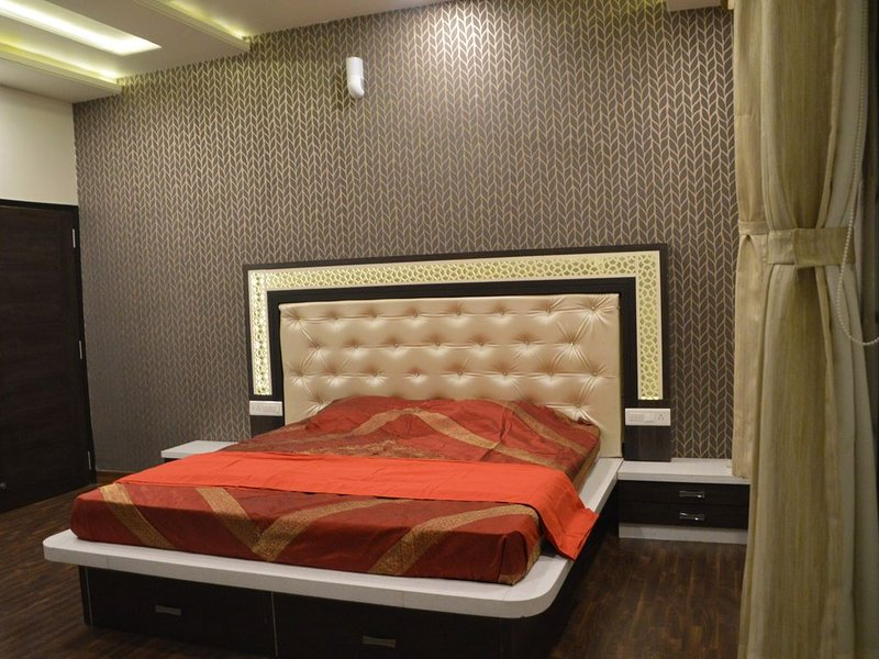 'Krishan kunj vacation home'Luxurious centrally located 4BHK Homestay Apartment, holiday rental in Durgapura