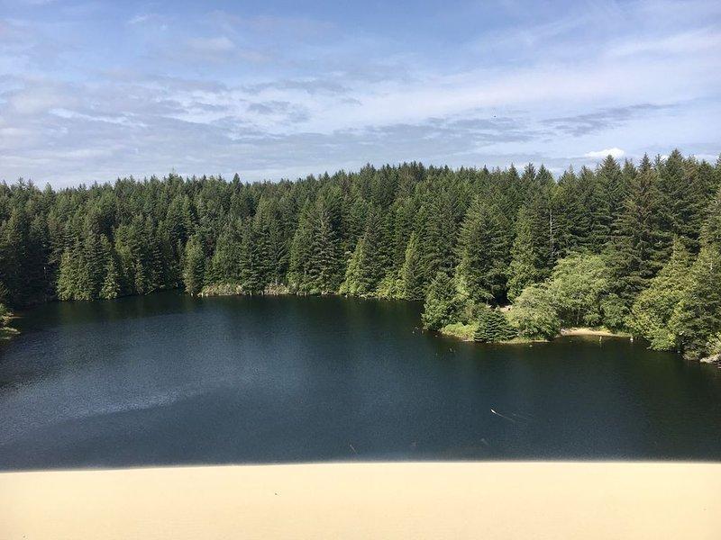 Ssshhh ... das Lieblingsschwimmloch der Einheimischen. Hall Lake, eingebettet unter den Dünen