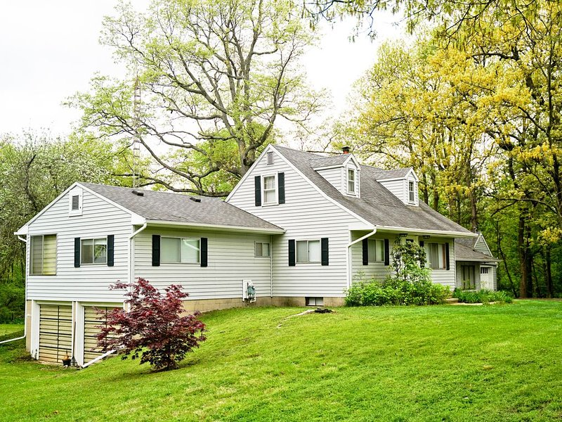 Quiet 5 bedroom house on 3 acres plus woods, 5 min from MSU campus, easy access., holiday rental in Haslett