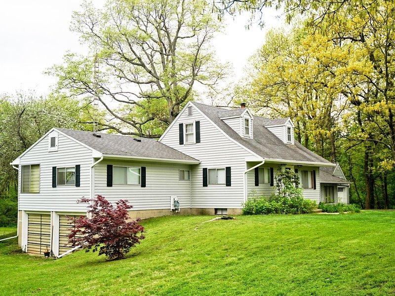 Quiet 5 bedroom house on 3 acres plus woods, 5 min from MSU campus, easy access., aluguéis de temporada em Ingham County