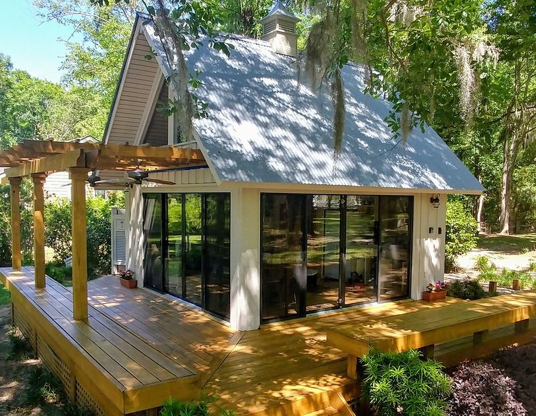Tranquil Savannah River Cottage w/ Views+Breakfast, holiday rental in Hardeeville