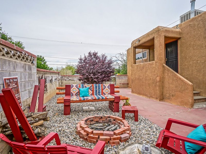 Nob Hill Guesthouse, King Bed,  Patio w/Firepit, holiday rental in Los Lunas