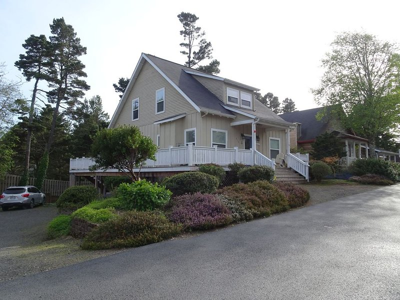 Sunset Beach Manor - Lots of Amenities - Close to Beach - Hot Tub - Game Room, location de vacances à Depoe Bay