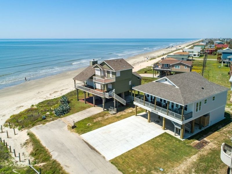 COME VISIT AND PLAY IN THE SUN!  TEN STEPS TO BEACH!!, holiday rental in Galveston