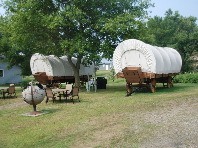 A one of a kind stay in a Conestoga Covered wagon on the shores of Rose Lake, alquiler vacacional en Detroit Lakes