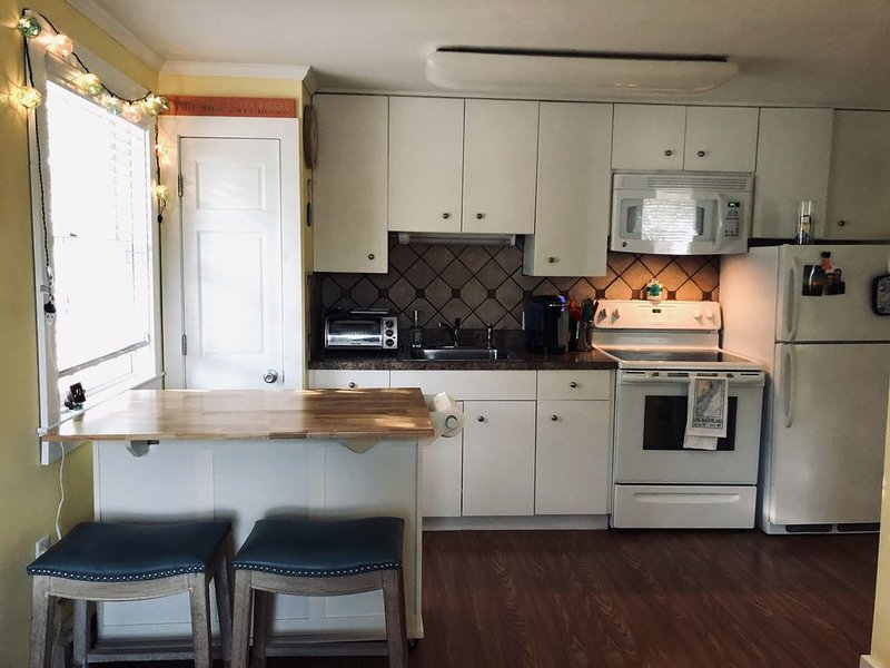Cute 1 bedroom condo on quiet street walk to beach, bay, dining and shopping, vacation rental in Ship Bottom
