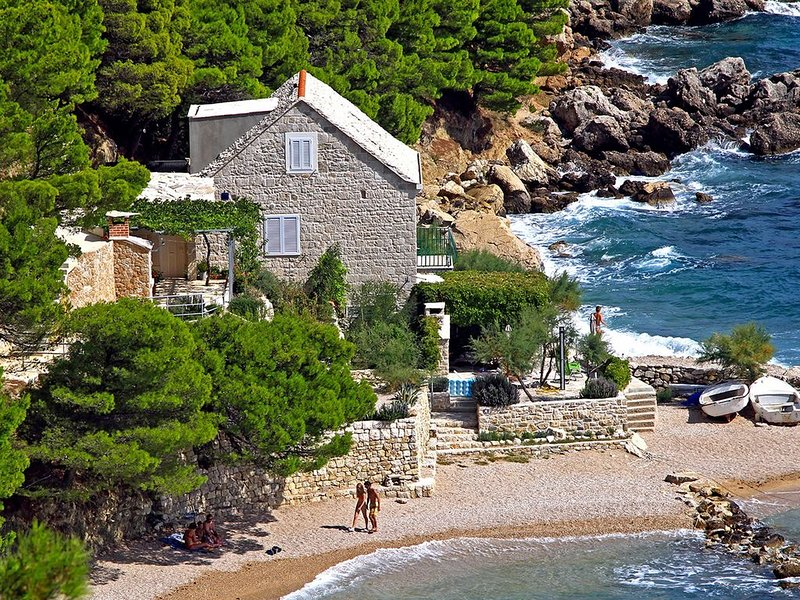 Perfect Beachfront Holiday In a Secluded Traditional Stone House With Pool, Ferienwohnung in Mimice