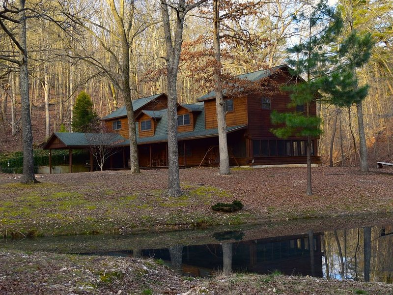 Secluded Rustic Cabin w/Wifi on 160 Acres near Illinois River & Lake Tenkiller, holiday rental in Park Hill