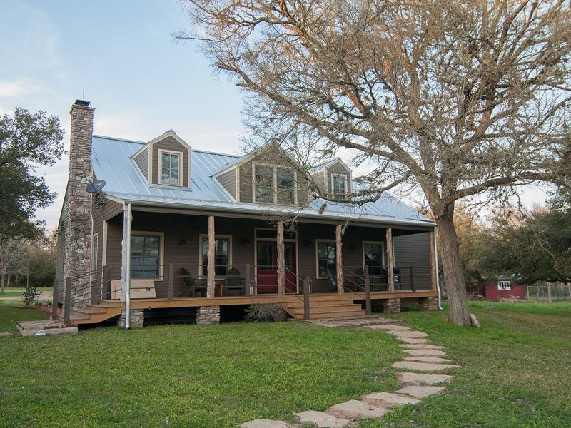 New in Late 2018, Whippoorwill Haus is 2 miles from Round Top Square!!!, alquiler vacacional en Ellinger
