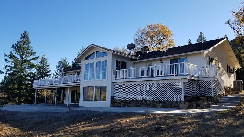 The Ridgeview Lodge ~ Perfect for Family Events, Sleeps 15, Beautiful Views, holiday rental in Ashland