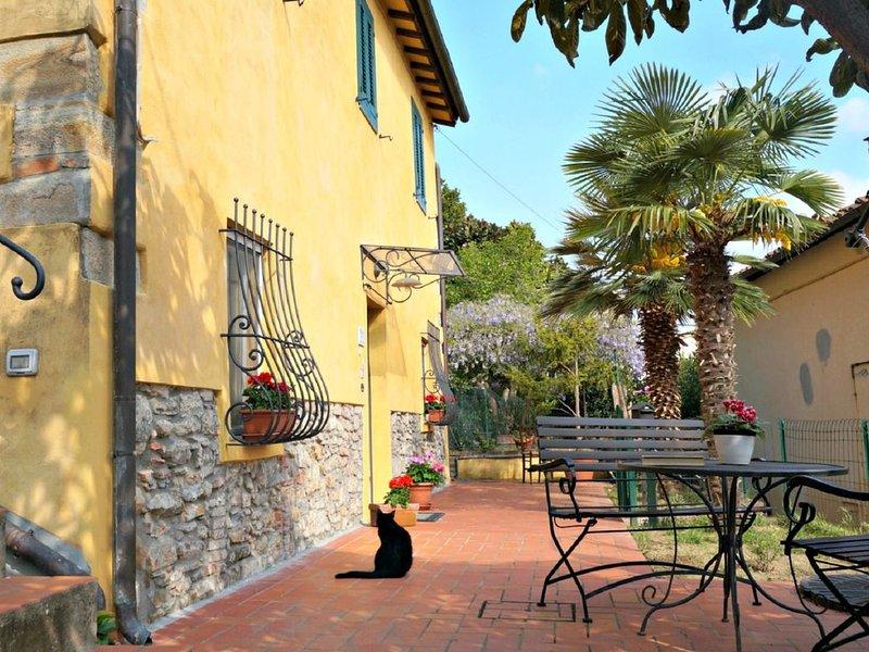 Charming house In Medieval Village + Private garden, 5 min walk to village., casa vacanza a Bientina