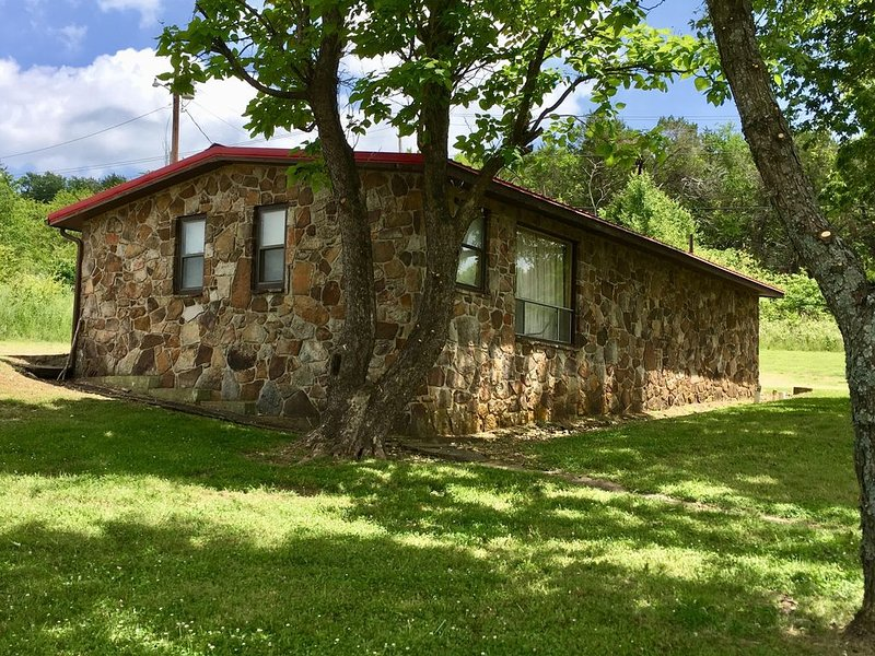 Private House Located Seconds Away from the Norfork & White River Access, aluguéis de temporada em Salesville