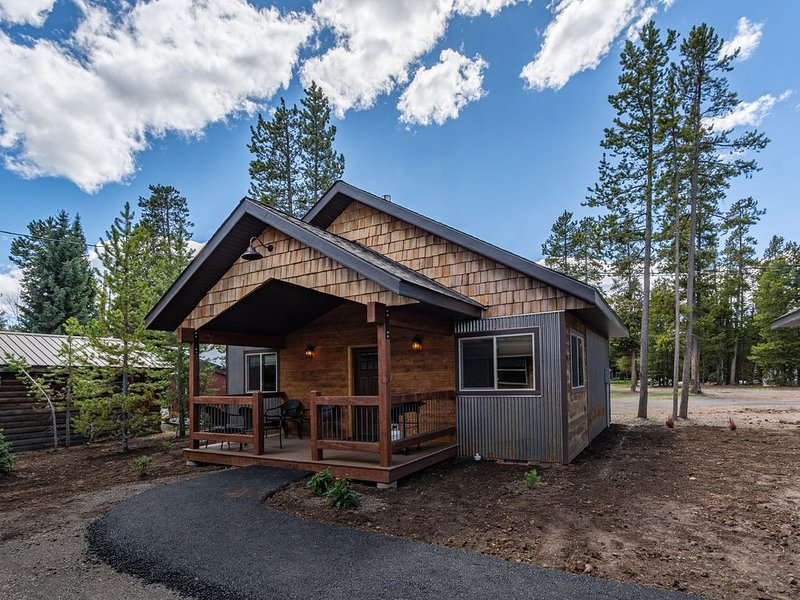 Montana. Cabin -discounted rates shown, Sleeps 4, Just 5 Blocks from Yellowstone, aluguéis de temporada em West Yellowstone