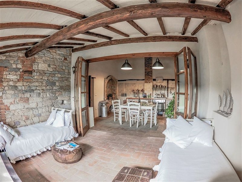 Perfect for Couples - Romantic Beautiful 11th Century Medieval Property - WiFi, casa vacanza a Bientina