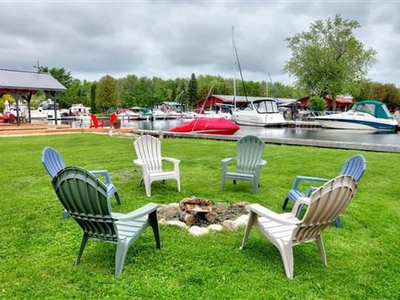 Beautiful Waterfront Cottage - Boater's Paradise, holiday rental in Orillia