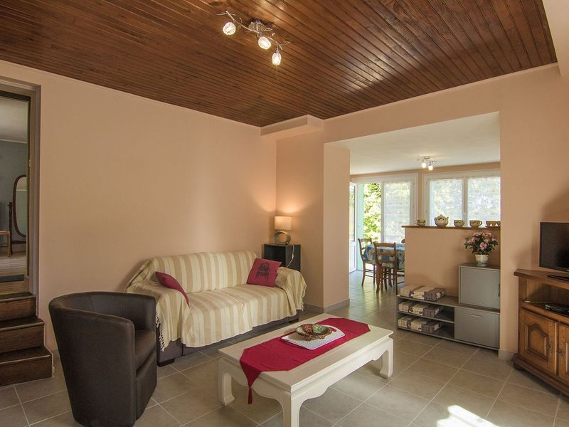 Cosy holiday home with all modern comforts, set on a hill with nice views, holiday rental in Ayen