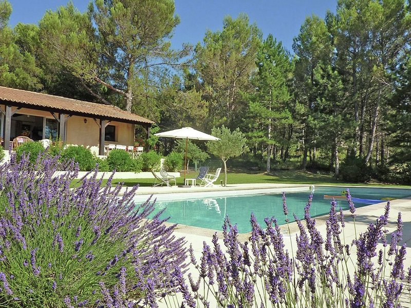 Villa with large pool & unique view within walking distance of baker, vacation rental in Saint-Victor-des-Oules