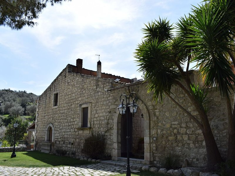 Completely surrounded by nature, a lovely pool, sun, relax!, vacation rental in Giarratana