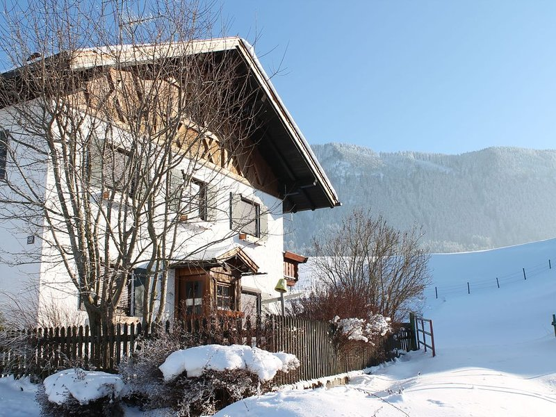Holiday home in the Allgäu featuring a tiled stove and a private terrace with mo, casa vacanza a Ingenried