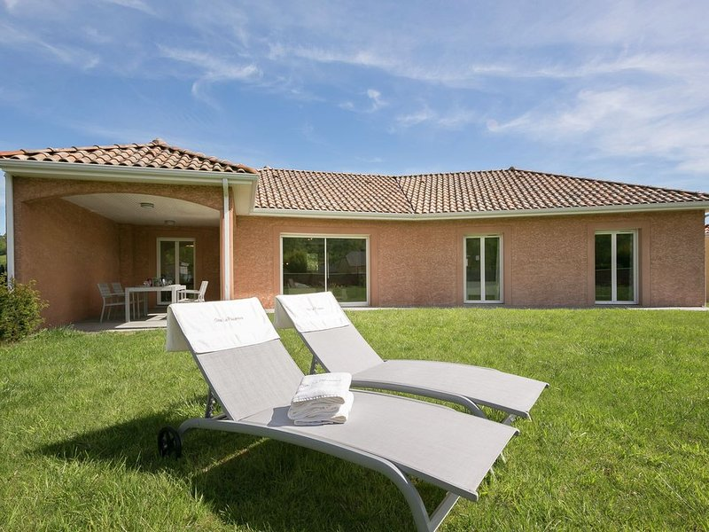 Modern holiday home on the outskirts of Lourdes with Jacuzzi., vacation rental in Bartres