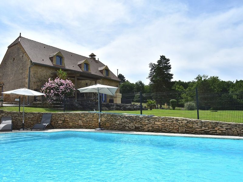 Elegant Holiday Home with Swimming Pool in Meyrals, casa vacanza a Saint-Cyprien