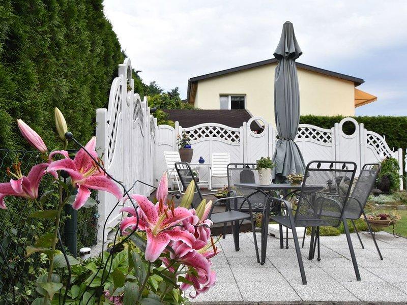 Homey Bungalow with Roofed Terrace, Garden, Garden Furniture, casa vacanza a Goldberg